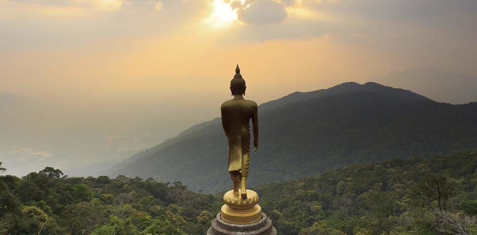 Vista panoramica con statua di Buddha che guarda il sole